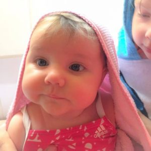 Emilia juuri ennen ensimmäistä vauvauintikertaansa lokakuussa 2016.